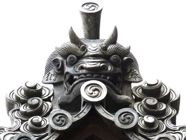 獣面のほか蓮華文(れんげもん)などがあり、鬼面がなくてもいう。 [補説]狂言の曲名別項。→鬼瓦